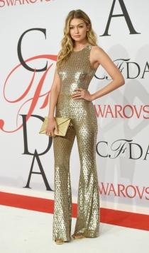 Gigi Hadid, total look dorado