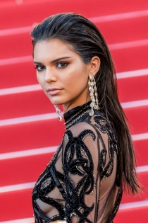 Peinados efecto mojado: Kendall Jenner