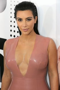 Peinados efecto mojado: Kim Kardashian