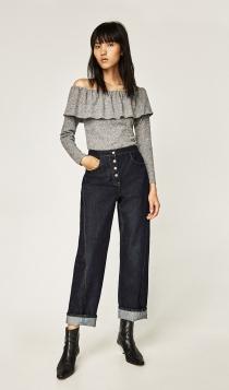 Un jersey gris y pantalones vaqueros, estilismos de ZARA