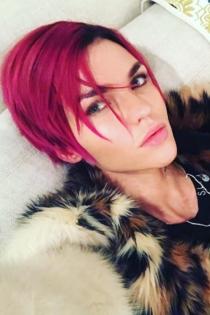 Ruby Rose, muy guapa con el pelo rosa