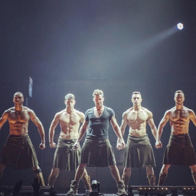 Ricky Martin, sexy hasta con falda