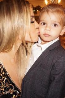 Khloé Kardashian se come a besos a su sobrino Reign