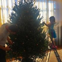 La familia de Gisele Bündchen poniendo el árbol de Navidad