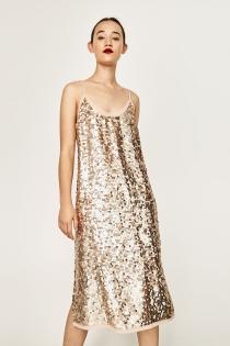 Un vestido de lentejuelas de ZARA muy dorado y sexy
