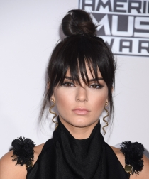 Kendall Jenner: Moño con flequillo