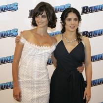 Penélope y Salma, posando en el photocall de Bandidas