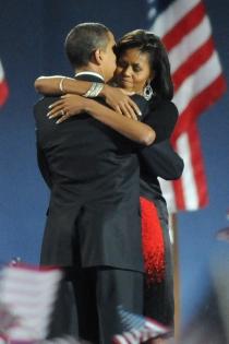 Un maravilloso abrazo de Michelle Obama y su marido