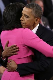 El sentido abrazo de Michelle y Barack Obama