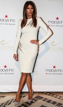 Un vestido blanco de Melania Trump muy sofisticado para bodas civiles