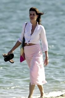Carolina de Mónaco paseando por la playa muy divina