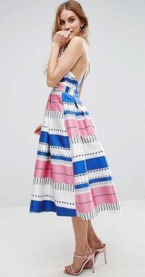 Un vestido de colores azul, blanco y rosa para invitadas