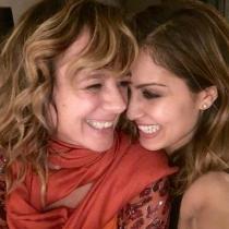 Hiba Abouk junto a Emma Suárez, la ganadora de la noche