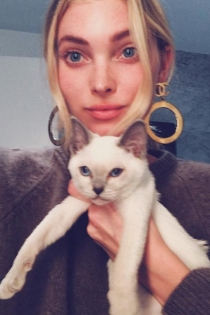Famosas que adoran a sus gatos: Elsa Hosk