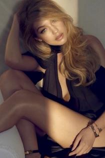 Gigi Hadid, guapa y sensual al trasluz