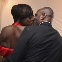 Besos románticos para Viola Davis de su marido Julius Tennon
