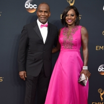 Una espectacular Viola Davis junto a su marido
