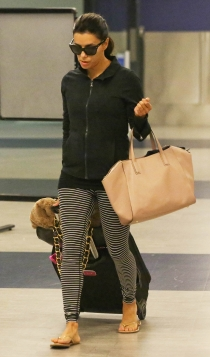 Famosas con leggins: Eva Longoria en el aeropuerto