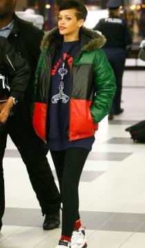 Famosas con leggins: Rihanna bajando del avión