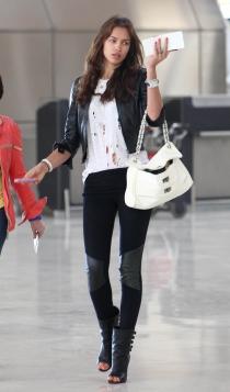 Famosas con leggins: Irina Shayk y sus mejores looks de aeropuerto