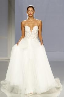 Vestido de novia de Rosa Clará: Escote corazón y tul