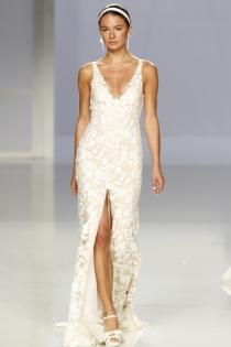 Vestido de novia de Rosa Clará: escote en V y apertura