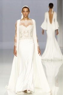 Vestido de novia de Rosa Clará: capa y lencería