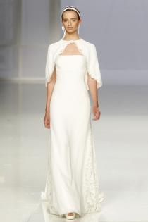 Vestido de novia de Rosa Clará: palabra de honor y capa