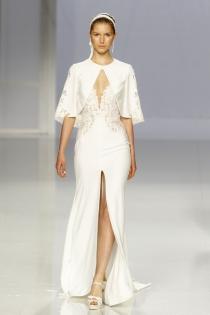 Vestido de novia de Rosa Clará: capa y aperturas