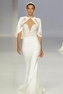Vestido de novia de Rosa Clará: corte sirena y capa