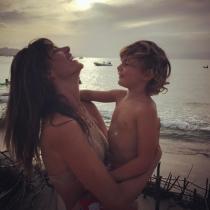 Alessandra, encantada con sus pequeños