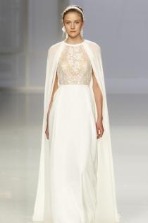 Vestido de novia de Rosa Clará: capa romana