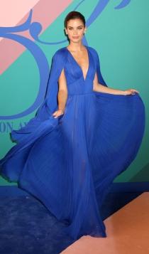 Look monocromático: Sara Sampaio de azul klein