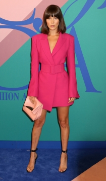 Look monocromático: Bella Hadid en fucsia