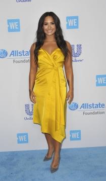 Look monocromático: Demi Lovato de amarillo