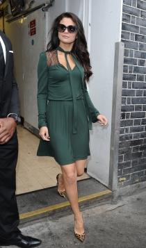 Look monocromático: Selena Gomez de verde petróleo