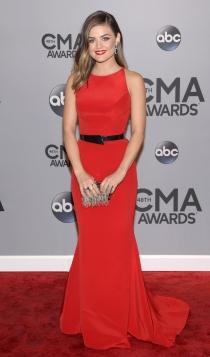 Look monocromático: Lucy Hale total look rojo
