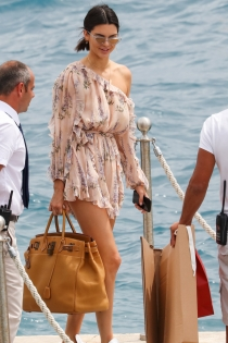 Kendall Jenner, maxi bolso para la playa