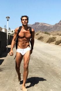 Jon Kortajarena pasea desnudo por el desierto
