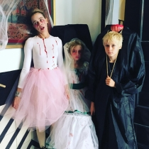 Naomi Watts disfruta de Halloween con toda la familia
