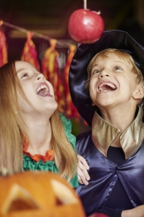 Juegos para Halloween: atrapa la manzana colgada