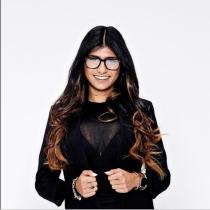 Mia Khalifa con su look ejecutivo más sexy