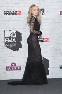 Dove Cameron, sexy con un vestido negro de transparencias