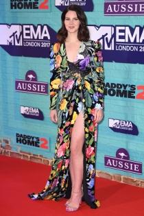 Lana del Rey sorprende en los MTV EMAS 2017 con un vestido de flores