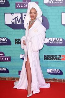 Rita Ora, de la cama al coche y del coche al sofá