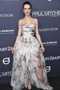 Alessandra Ambrosio, la reina de las flores