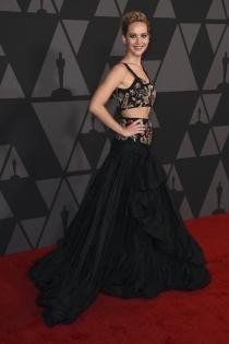 Jennifer Lawrence grandiosa con un vestido negro en dos piezas