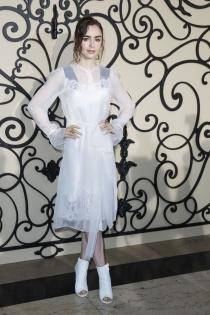 Lily Collins elegante y frágil con un vestido blanco