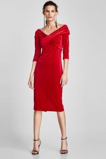 Elegante vestido de terciopelo rojo de ZARA