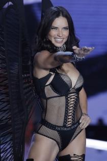 Victoria's Secret show 2017: Adriana Lima de negro